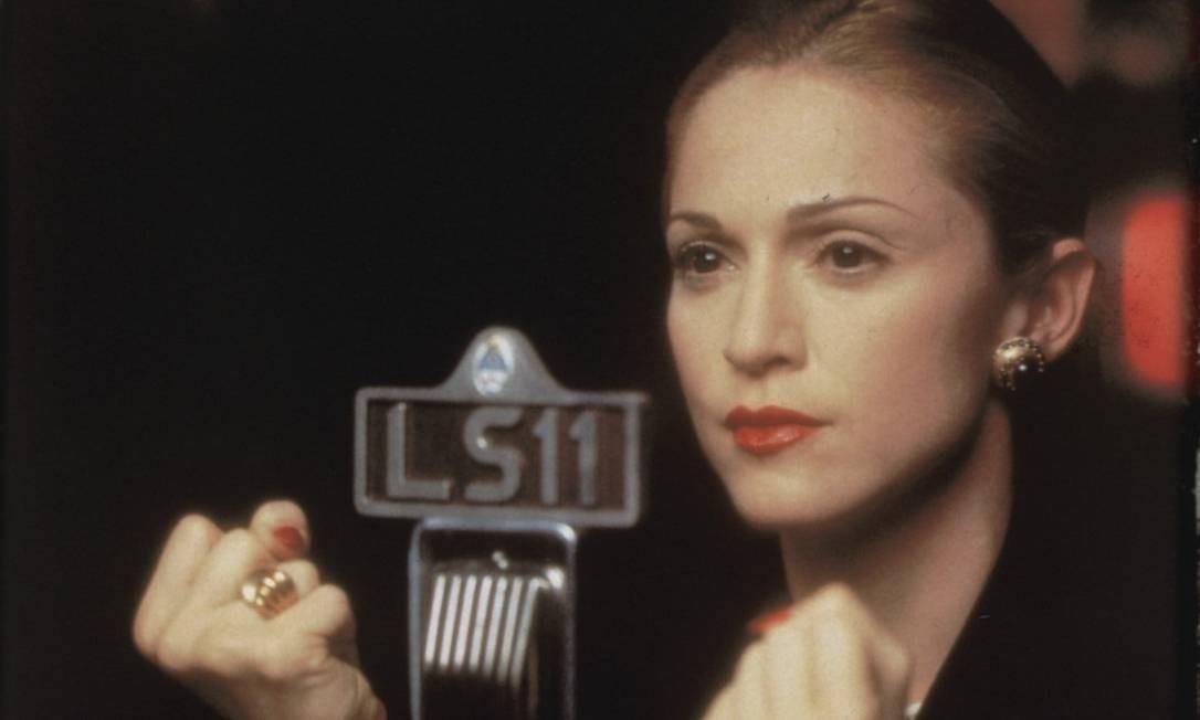 """Depois de tanto explorar a sensualidade, Madonna passou a adotar um tom mais """"comportado"""". Nessa época, ela interpretou um dos papeis de maior sucesso de sua controversa carreira de atriz. Foi quando fez """"Evita"""", em 1996 Foto: Divulgação"""