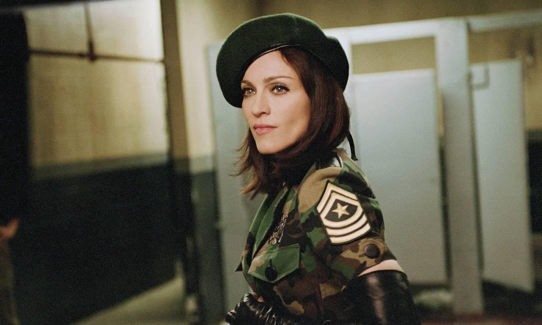 """Em """"American life"""" (2003), Madonna tingiu os cabelos de preto novamente, adotou um tom político em suas letras e discursos e partiu para o combate em trajes militares Foto: Divulgação"""