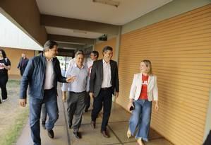 Fernando Haddad e Gleisi Hoffmann, ao lado de outros petista, visitam grevistas no Centro Cultural de Brasília Foto: Jorge William / Agência O Globo