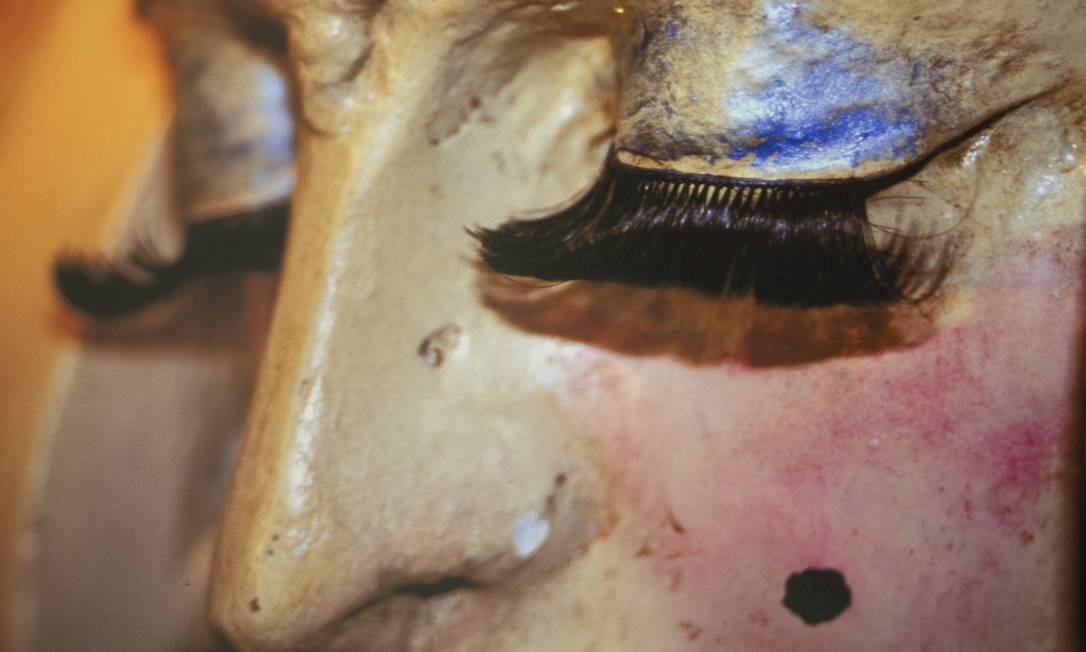 """Sem título, da série """"Ecléticos"""" (2001) - Arquiteto de formação, o carioca Marcos Chaves investiga a relação entre o humano e o ambiente urbano, em intervenções pontuadas de ironia e crítica social. Na série """"Ecle ´ticos"""", o artista fotografa detalhes da arquitetura do centenário Castelinho do Flamengo após aplicação de maquiagem e adornos. Foto: Ana Branco / Agência O Globo"""