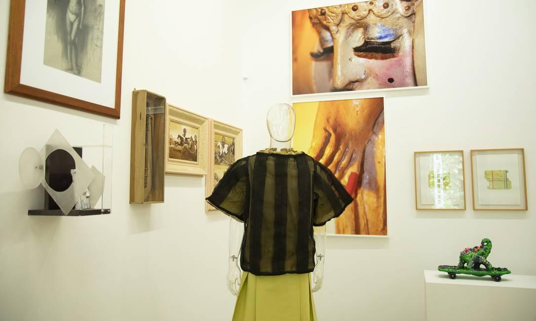 Algumas das peças em exibição nas cavalariças do Parque Lage Foto: Ana Branco / Agência O Globo