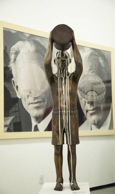 """""""Amnésia"""" (2015) - A escultura de Flávio Cerqueira, que conta com outro múltiplo integrando a coletiva """"Histórias afro-atlânticas"""" no Masp, aborda o tema do embranquecimento da população negra - o fato de a tinta não cobrir todo o bronze aponta para os equívocos deste processo histórico. Ana Branco / Agência O Globo"""