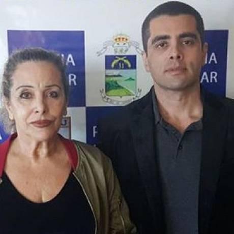 Maria de Fátima Barros Furtado e o filho, Denis, no dia em que os dois foram presos Foto: Divulgação
