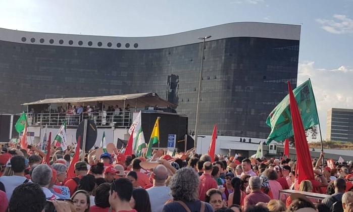 Manifestantes do PT em frente ao Tribunal Superior Eleitoral em Brasília Foto: Gabriel Hirabahasi / ÉPOCA