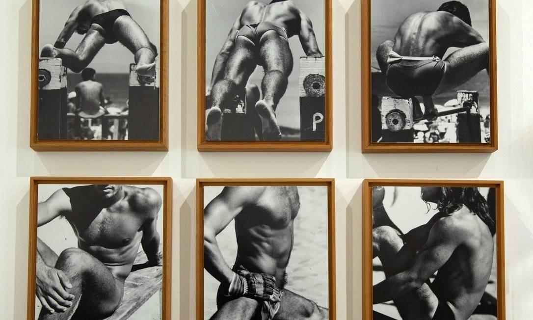 """Série """"Beach triptychs"""" (1980) - A clássica série de Alair Gomes (1921 — 1992), formada por conjuntos de imagens de homens se exercitando na praia, é uma referência em abordagens homoeróticas na arte. Com trabalhos em coleções como as da Fundação Cartier e do MoMA, a obra do fotógrafo explora outros aspectos para além do erotismo, como intimidade e distância e o voyeurismo por trás das imagens. Ana Branco / Agência O Globo"""