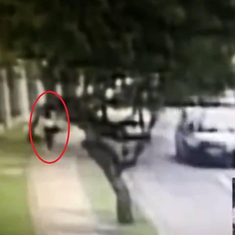 Homem atravessa a rua e em seguida atira em Karina Foto: Reprodução