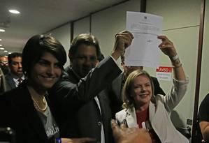 Ao lado de Manuela D´Ávila, Fernando Haddad e Gleisi Hoffmann seguro o protocolo de registro da candidattura de Lula Foto: Ailton de Freitas / Agência O Globo