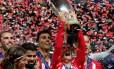 Griezmann ergue a Supercopa da Espanha, após vitória do Atlético sobre o Real Foto: MAXIM SHEMETOV / REUTERS