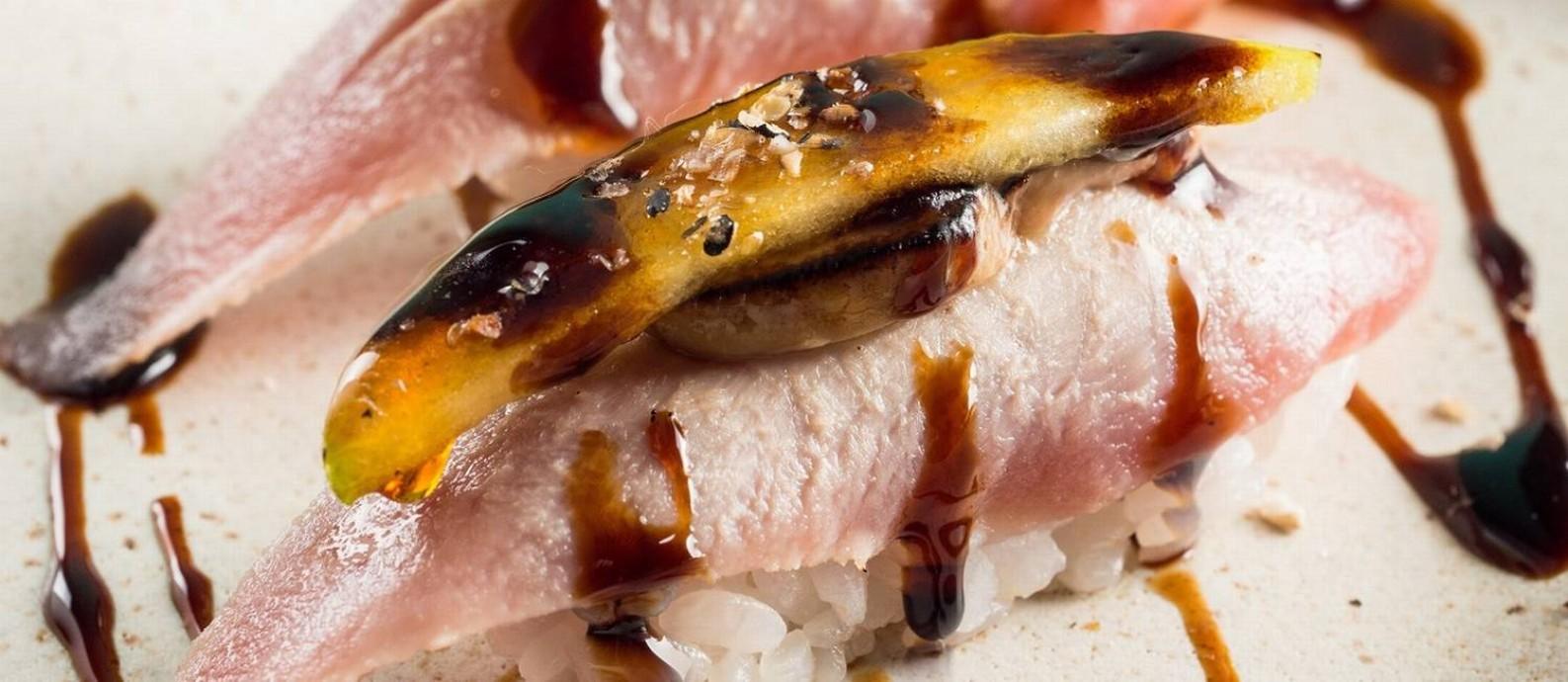 Gurumê: Niguiri de atum com foi gras e maçã verde caramelizada Foto: Divulgação/Tomas Rangel