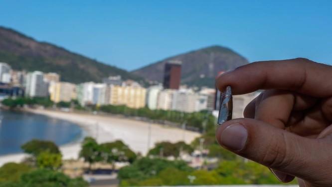 Tiros em casa. Morador da Praia de Botafogo mostra projétil de arma de fogo que encontrou em seu apartamento Foto: Marcelo Régua / Agência O Globo