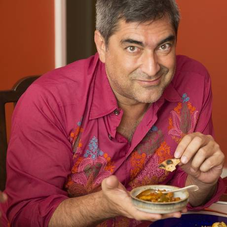 O apresentador Zeca Camargo com pratos da culinária indiana Foto: Divulgação / Divulgação