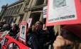 Ativistas de direitos humanos protestam na segunda-feira na capital chilena lembrando vítimas da ditadura de Pinochet Foto: IVAN ALVARADO / REUTERS
