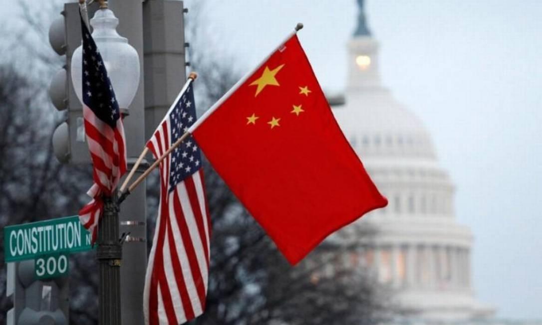 Bandeiras da China e dos Estados Unidos em poste de Washington Foto: Reuters