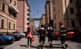 Bombeiros coordenam a evacuação de moradores de prédios próximos à ponte que caiu: 630 tiveram que sair de suas casas Foto: MARCO BERTORELLO / AFP
