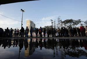 Desempregados formam uma longa fila em busca de empregos em Nova Iguaçu, na Baixada Fluminense Foto: Marcos de Paula / Marcos de Paula/8-8-2018