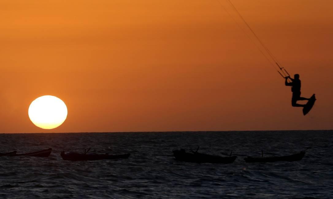Pôr do sol na Praia do Preá, uma das preferidas dos praticantes de kitesurfe, cuja temporada vai de julho a setembro Foto: Márcio Alves / Agência O Globo
