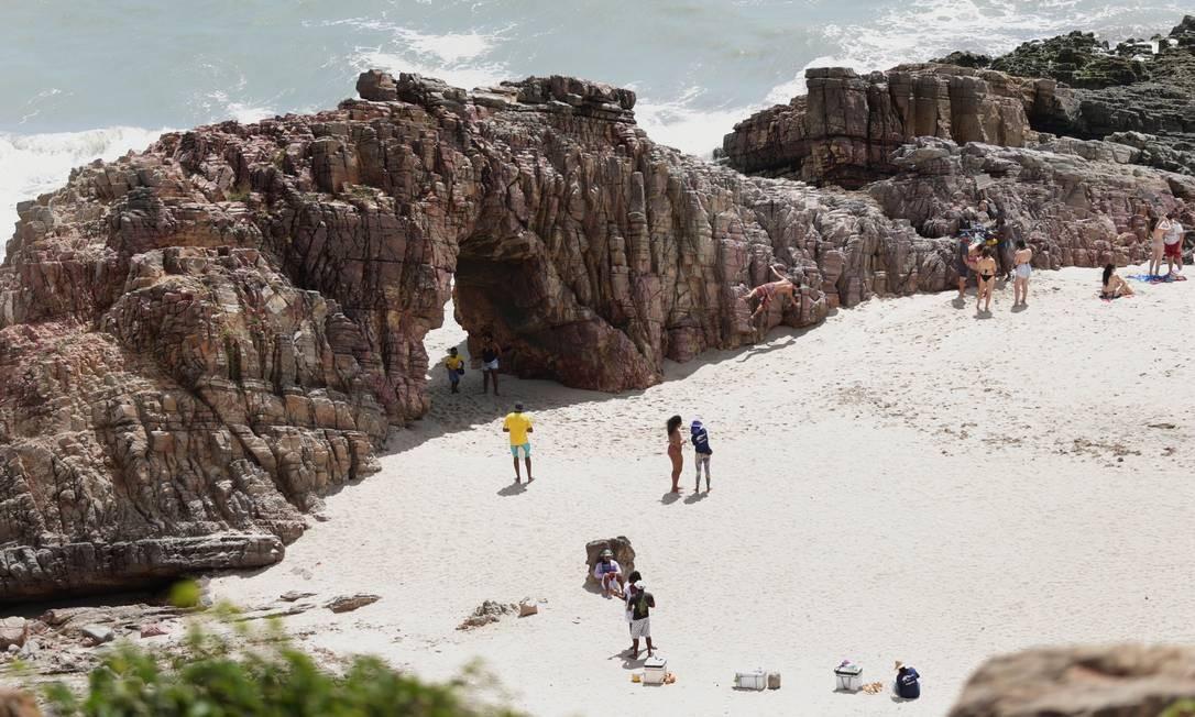 Turistas e banhistas aproveitam o dia de sol na Praia da Pedra Furada, um dos cartões-postais em Jijoca de Jericoacoara Foto: Márcio Alves / Agência O Globo