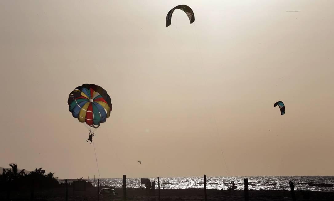 A Praia do Preá, em Cruz, atrai praticantes de kitesurfe e parasail. Fica a meia hora da vila de Jijoca de Jericoacoara no Ceará Foto: Márcio Alves / Agência O Globo