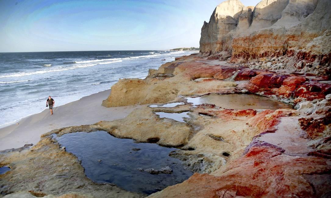 Degradé. Falésias na Praia das Fontes, localizada em Beberibe, no Ceará Foto: Márcio Alves / Agência O Globo
