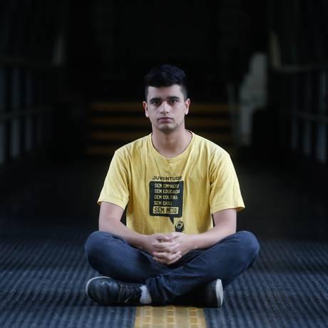 Araujo, de 19 anos, é da primeira turma de cotistas da faculdade de Direito da USP e integrante do coletivo negro Quilombo Oxê Foto: Marcos Alves / Agência O Globo
