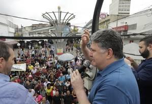 Ex-governador Garotinho faz campanha na Praça do Relógio, em Duque de Caxias Foto: Antonio Scorza / O Globo