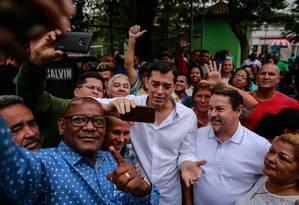 Indio da Costa caminha entre eleitores em Queimados, acompanhado pelo seu vice Zaqueu Teixeira (à direita) Foto: Brenno Carvalho / Agência O Globo