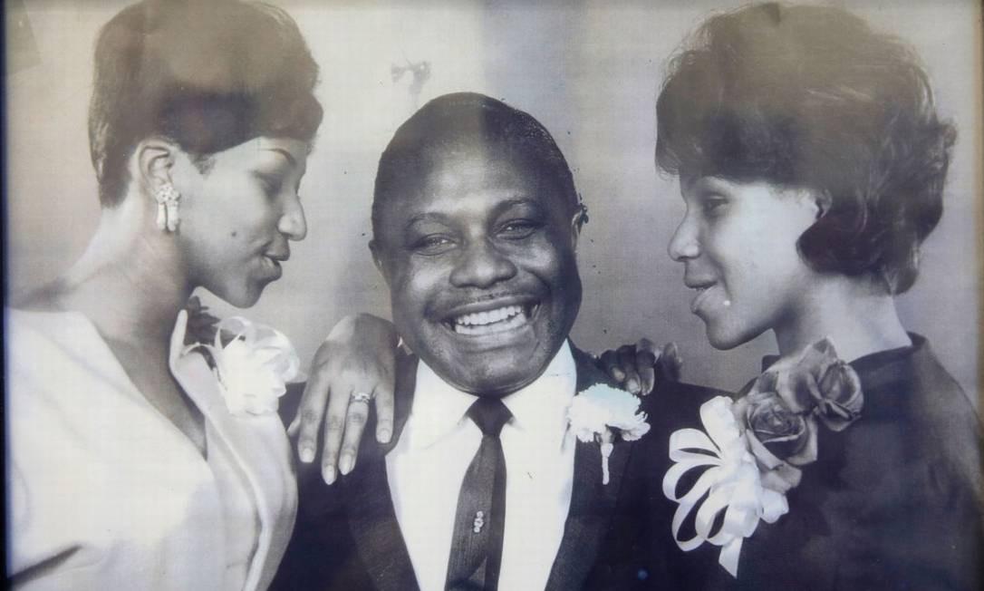 Aretha Franklin (esquerda) com seu pai, C.L. Franklin, e a irmã Caroline. A Rainha do Soul começou a cantar na igreja batista em que seu pai era pastor. HO / AFP