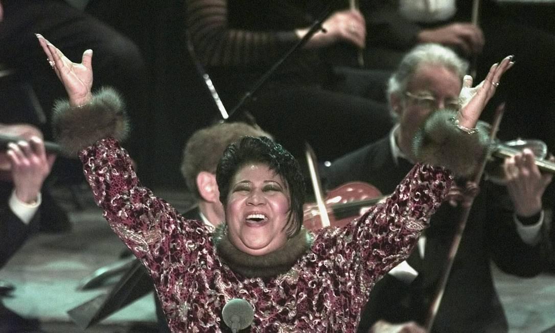"""Aretha Franklin cantou na cerimônia do Grammy de 1998, substituindo Luciano Pavarotti que estava doente. Ela interpretou a ária """"Nessun Dorma"""", da ópera de Puccini """"Turandot"""". Foto: Mark Lennihan / (AP Photo"""