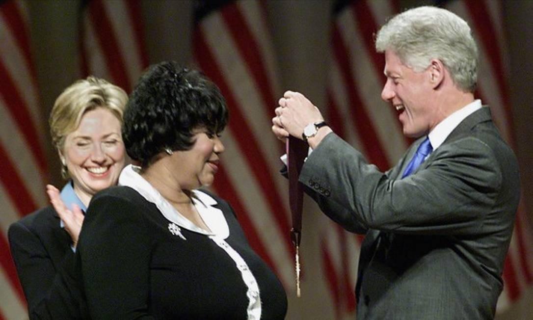 A cantora recebe a Medalha Nacional de Artes e Humanidas das mãos do então presidente americano, Bill Clinton. STEPHEN JAFFE / AFP