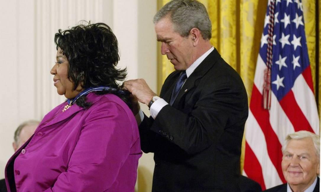 Franklin também foi homenageada por George W. Bush em 2005. Ela recebeu a Medalha Presidencial da Liberdade, maior condecoração civil dos EUA. Foto: MANDEL NGAN / AFP