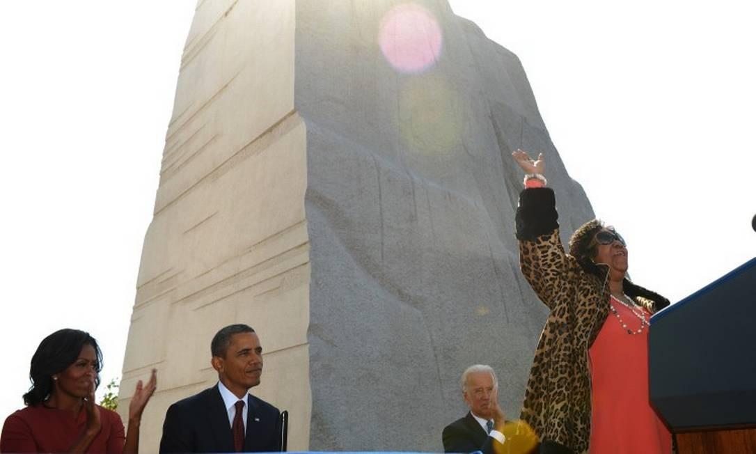 Michelle Obama e o então presidente, Barack Obama, assistem a diva soul cantar em frente ao memorial Martin Luther King Jr em Washington. MANDEL NGAN / AFP