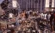 """Na década de 90, Acari sediava a """"Robauto"""", uma feira livre de produtos roubados. Foi para lá que assaltantes levaram a arma e a moto tiradas de Bolsonaro em Vila Isabel"""