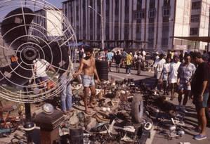 """Na década de 90, Acari sediava a """"Robauto"""", uma feira livre de produtos roubados. Foi para lá que assaltantes levaram a arma e a moto tiradas de Bolsonaro em Vila Isabel Foto: Fernando Quevedo / Agência O Globo"""