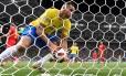 Renato Augusto pega a bola após marcar um gol na partida de eliminação diante da Bélgica Foto: EMMANUEL DUNAND / AFP