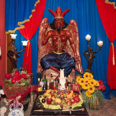 A imagem de Belzebu no Templo de Lúcifer, que foi investigado pela polícia. As evidências colhidas lá desmentiam a versão do delegado Fermino Foto: Arthur Kolbetz / Agência O Globo