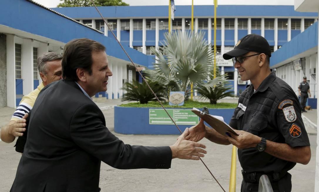 Em seu primeiro dia de campanha, Eduardo Paes (DEM) visitou o Comando de Patrulhamento de Área em Mesquita Foto: Gabriel de Paiva / Agência O Globo