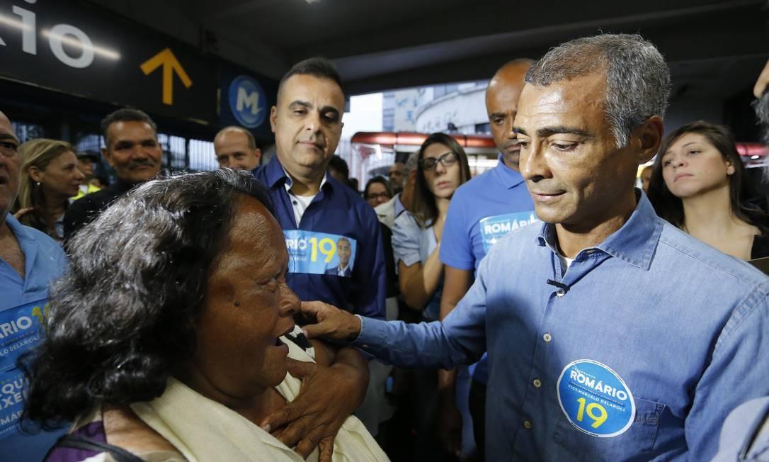 O senador Romário (Podemos) iniciou sua campanha na Central do Brasil, pela manhã Foto: Pablo Jacob / Agência O Globo