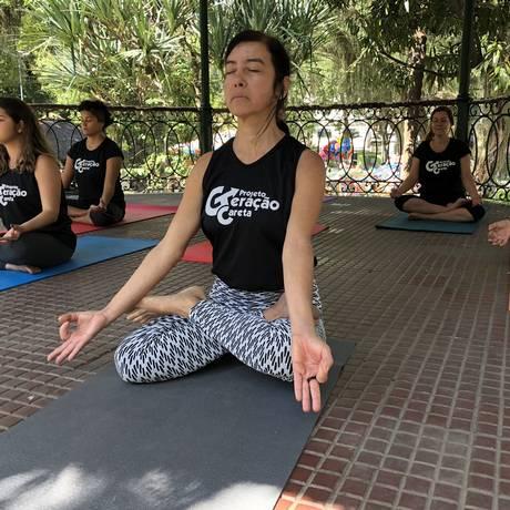 Ao centro a professora de ioga Angela Moreira, que ministra aulas no Campo de São Bento com alunos do Projeto Geração Careta Foto: Divulgação / Divulgação