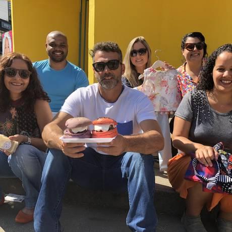 Equipe. Izabella Mesquita (atrás de estampado) e parte dos expositores, entre eles Simone Alves (primeira a partir da esquerda) Foto: Priscilla Aguiar Litwak