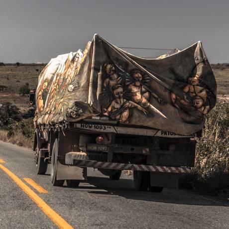 A lona de caminhão pintada por Aecio Sorti é a principal peça da exposição