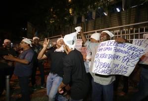 Manifestantes protestam em frente a