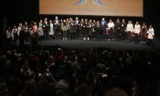 Candidatos e candidatas dão as mãos ao som de Raúl Seixas Foto: Marcos Alves / Agência O Globo