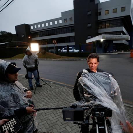 No primeiro dia de campanha, Fernando Haddad visita Lula na prisão, em Curitiba Foto: RODOLFO BUHRER / REUTERS