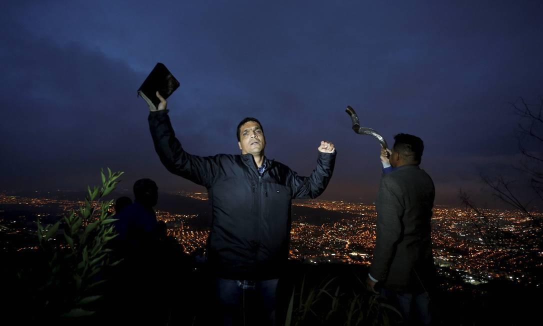 Daciolo fala sobre política ao lado de seguidores que o acompanham no monte, na Zona Oeste, onde ele está acampado Domingos Peixoto / Agência O Globo