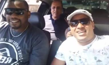 É fake. O músico Nélson e o motorista Greidomar, no vídeo: eles viraram alvo de notícia falsa espalhada pela internet ao dar carona a Pezão Foto: Reprodução