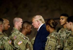 Trump passa por soldados após cerimônia em Nova York Foto: BRENDAN SMIALOWSKI / AFP