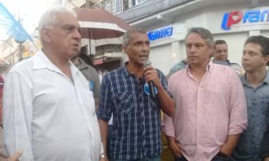 Romário entre o deputado estadual Geraldo Moreira (esquerda) e Fernando Mac Dowell Filho, todos do Podemos Foto: Stéfano Salles / O Globo