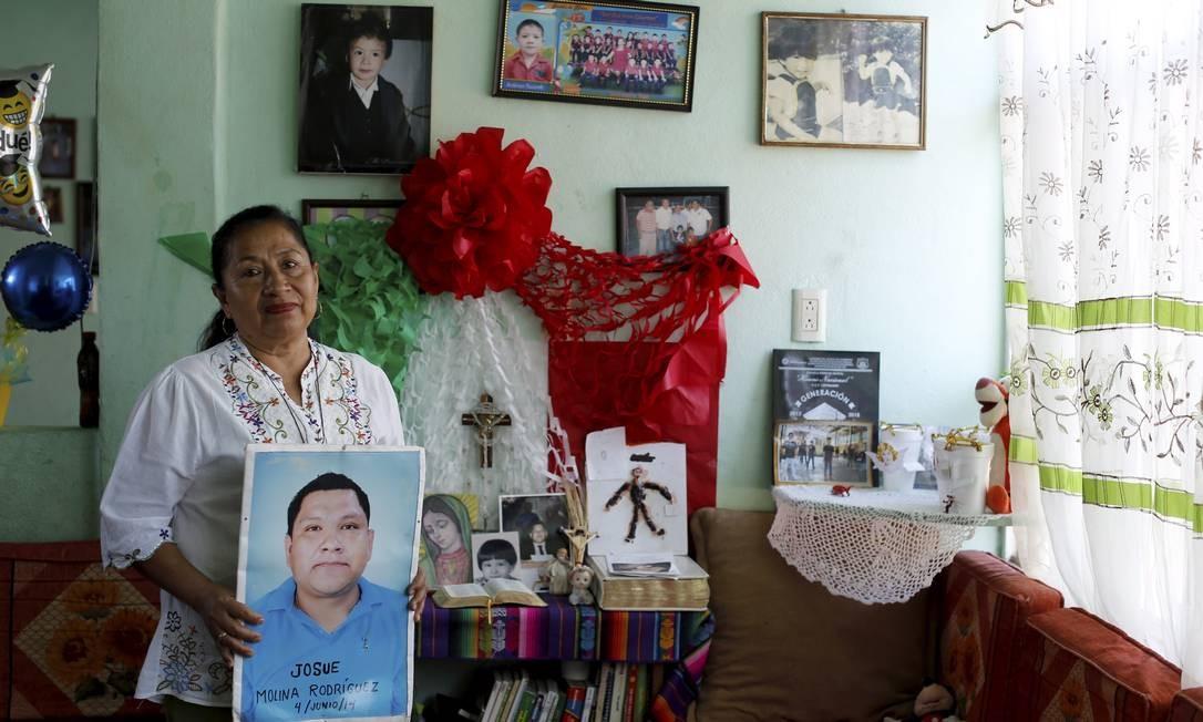 Maria Guadalupe Rodríguez mostra foto de seu filho Josué, desaparecido em 04/06/2014 Foto: Domingos Peixoto / Agência O Globo