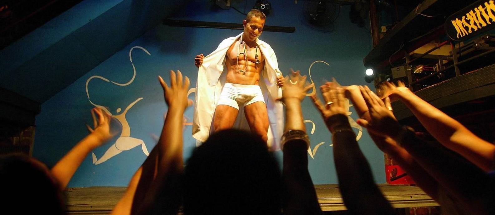 """Em 2008, no auge, Stefan Perli encarnava o personagem Tony Prado no palco da boate Dito e Feito. As mulheres iam à loucura com o show erótico em que o """"médico"""" se desnudava Foto: Marcos Ramos / Agência O Globo"""