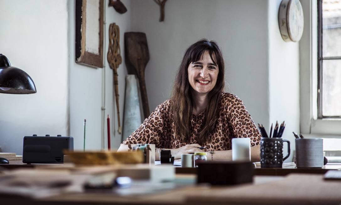 Joana Astolfi em seu ateliê, em Lisboa Foto: Hermes de Paula / Agência O Globo